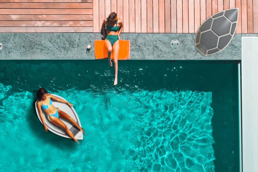 Designer Schwimmsessel Turtle Swimchair im Einsatz am Pool   Schwimmend mit Frau, am Beckenrand liegend